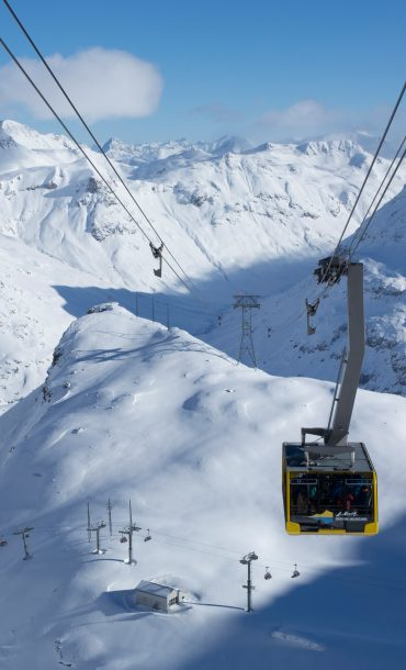 ENGADIN ST. MORITZ - Diavolezza Luftseilbahn mit Blick auf die hochalpine Bergwelt.  The Diavolezza aerial cable-car with views of the high-alpine mountain world.  Funivia del Diavolezza con vista sul mondo dell'alta montagna.   Copyright by: ENGADIN St. Moritz By-line: swiss-image.ch/Christof Sonderegger