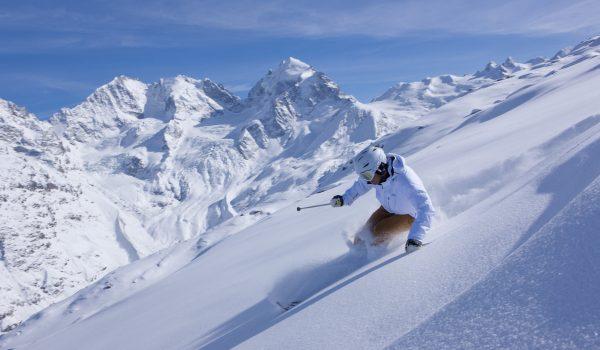 ENGADIN St. Moritz - Skifahrer beim Tiefschneefahren im Skigebiet Corvatsch mit Blick auf den Tschiervagletscher, Piz Bernina (4049m), Piz Scerscen (3971m) und Piz Roseg (3937m).  Skier in deep powder in the Corvatsch ski area with view of the Tschierva Glacier, Piz Bernina (4049m), Piz Scerscen (3971m) and Piz Roseg (3937m).  Sciatori alle prese con la neve fresca nel comprensorio di Corvatsch, con scorcio su ghiacciaio del Tschierva, Piz Bernina (4049m), Piz Scerscen (3971m) e Piz Roseg (3937m).  Copyright by: ENGADIN St. Moritz By-line: swiss-image.ch/Christof Sonderegger