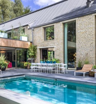 Kate-Moss-The-Lakes-by-yoo-Exterior-Pool-_-credit-Mel-Yates-www.thelakesbyyoo.com_-803x580